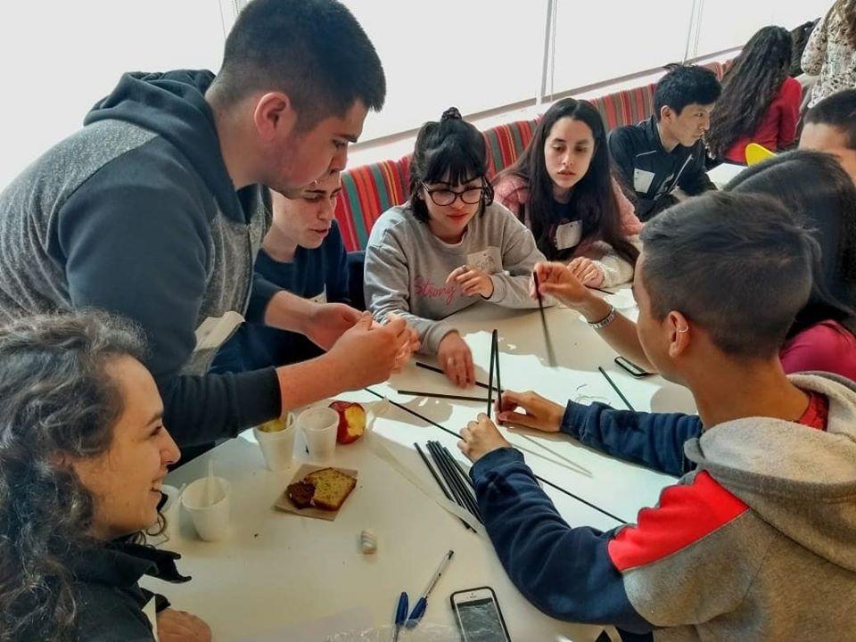 alumnos trabajando con materiales