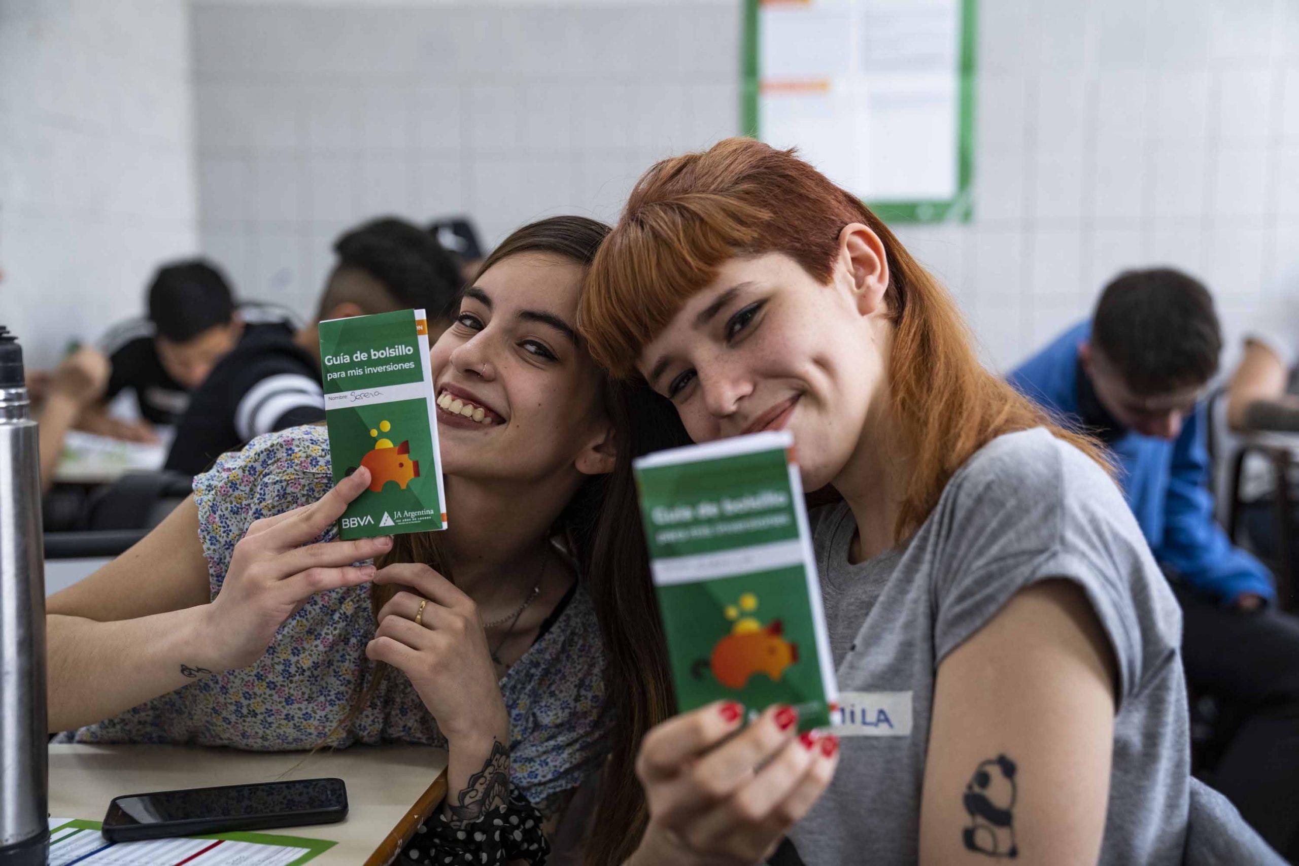 estudiantes con guías de bolsillo