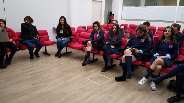 alumnos mirando exposicion